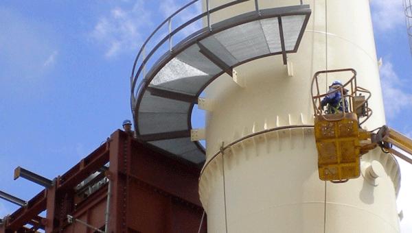 Exterior de una fábrica con un obrero trabajando
